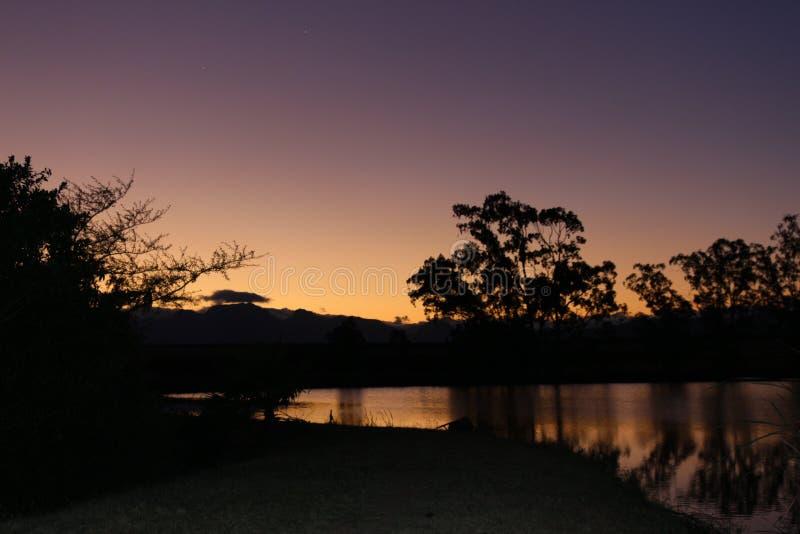 Tramonto variopinto sopra il lago fotografia stock libera da diritti
