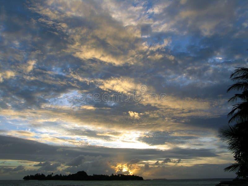 Tramonto variopinto sopra l'oceano alla località di soggiorno di Maldivain fotografie stock