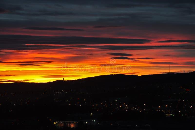 Tramonto variopinto sopra le montagne a Oslo immagine stock libera da diritti
