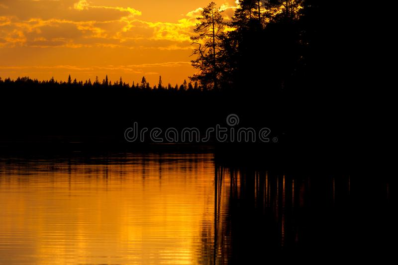 Tramonto variopinto sul lago fotografie stock