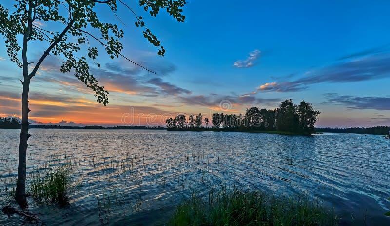 Tramonto variopinto sul lago Vuoksa nella regione di Leningrado fotografia stock libera da diritti
