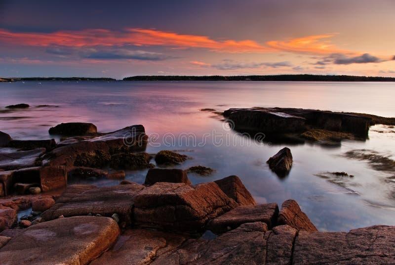Tramonto variopinto sul litorale della Maine immagine stock