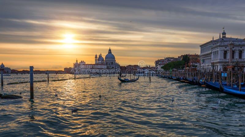 Tramonto a Venezia Immagine di Grand Canal a Venezia, con Santa Maria della Salute Basilica nei precedenti Venezia è un popolare fotografie stock