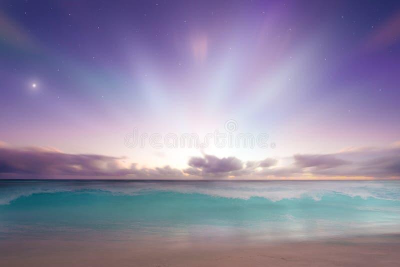 Tramonto vibrante di alba della spiaggia fotografia stock libera da diritti