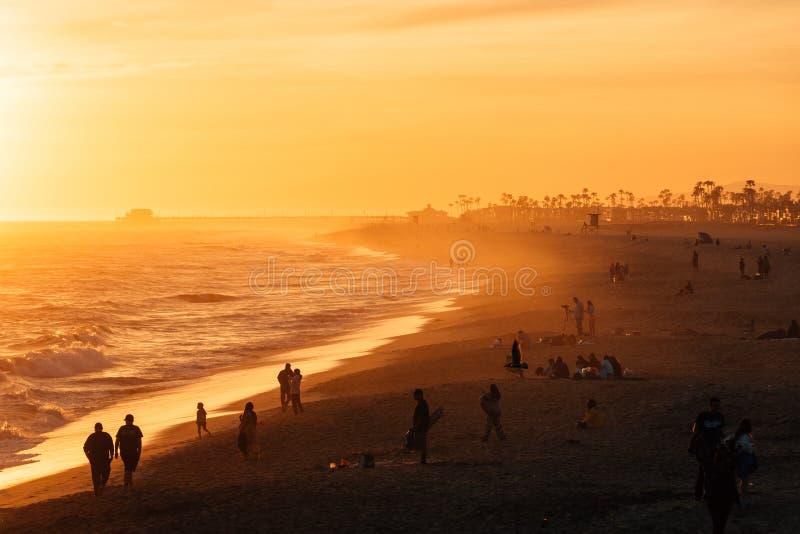 Tramonto vibrante sopra la spiaggia dal pilastro della balboa, in spiaggia di Newport, contea di Orange, California immagine stock