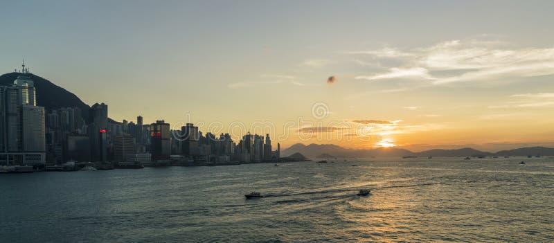 Tramonto a Victoria Harbor di Hong Kong fotografie stock libere da diritti