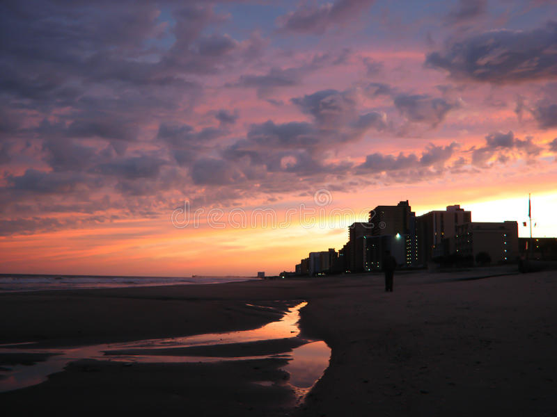 Tramonto viola splendido del Myrtle Beach. fotografia stock