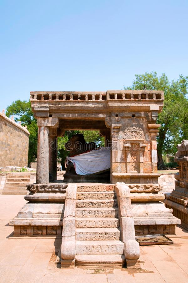 Tramos escaleras, mandapa en la entrada, templo de Airavatesvara, Darasuram, Tamil Nadu del toro de Nandi Visión desde el sur imagen de archivo
