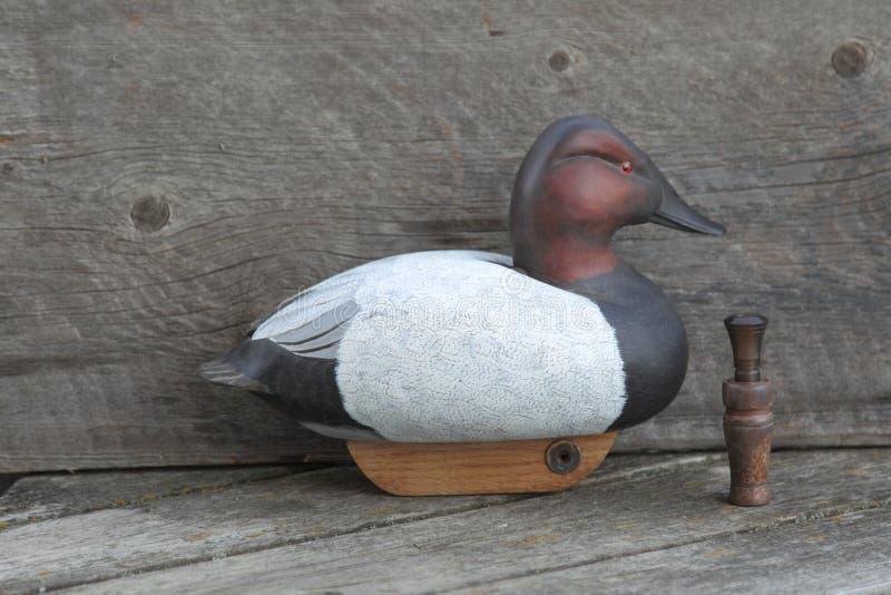 Trampa de madera tallada mano del pato imagen de archivo