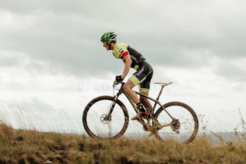trampa för anseende för ritt för cyklist för mancyklistberg arkivfoton