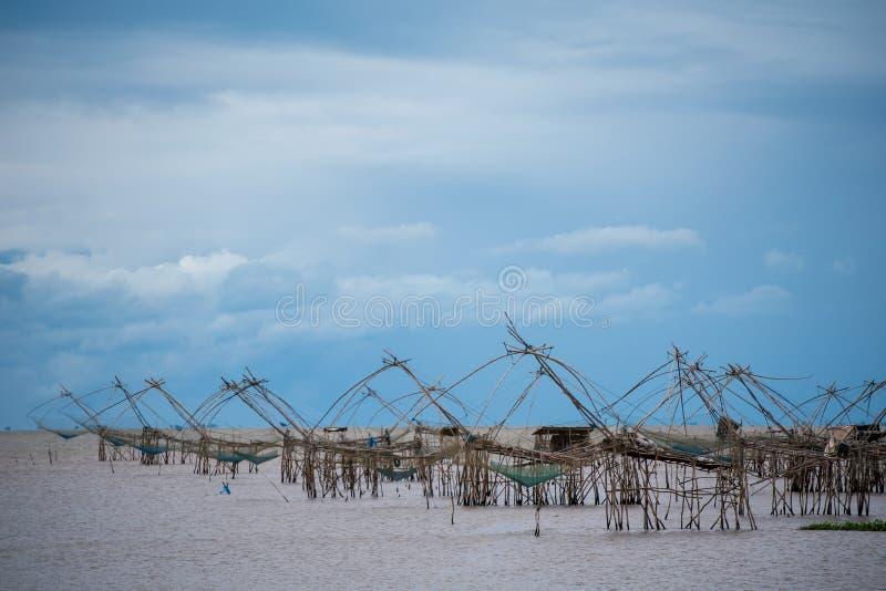Trampa grande de los pescados en Pak Pra Talay Noi, Phatthalung, Tailandia imagen de archivo