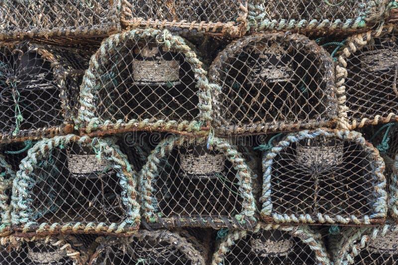 Trampas apiladas viejas del primer para la pesca de la langosta y del cangrejo, cañada, Irlanda imagenes de archivo