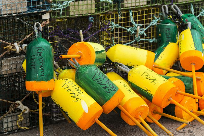 Trampas de la langosta con las boyas verdes y amarillas imágenes de archivo libres de regalías