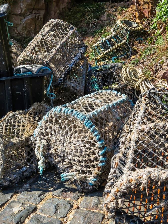 Trampas del cangrejo en el puerto de la isla de Sark imagenes de archivo