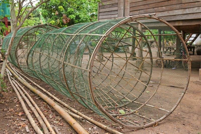 Trampas hechas a mano enormes de los pescados hechas de la red de bambú y verde imagen de archivo libre de regalías