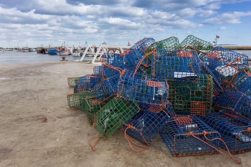 Trampas para el pulpo de los crustáceos en el muelle imagenes de archivo