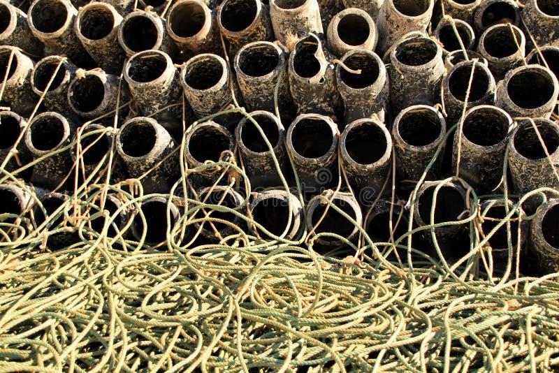 Trampas para pescar el pulpo y redes en el embarcadero de Santa Pola foto de archivo