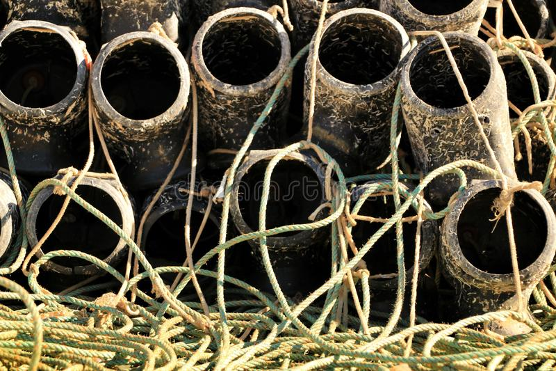 Trampas para pescar el pulpo y redes en el embarcadero de Santa Pola fotos de archivo