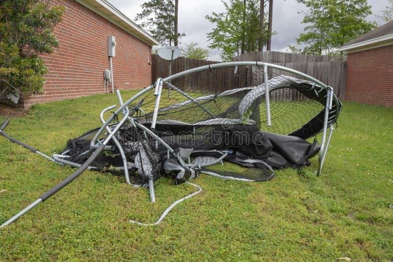 Trampolim torcido e massacrado após a tempestade imagem de stock