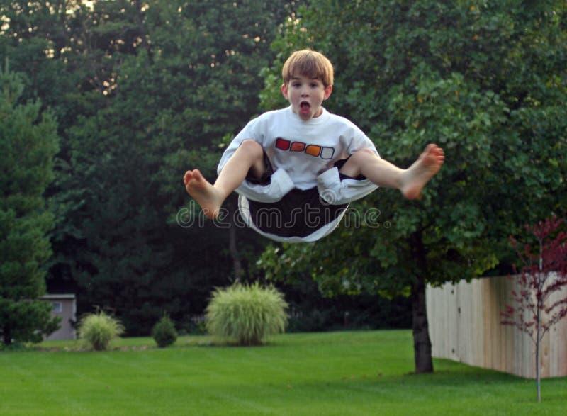 trampoline мальчика стоковая фотография