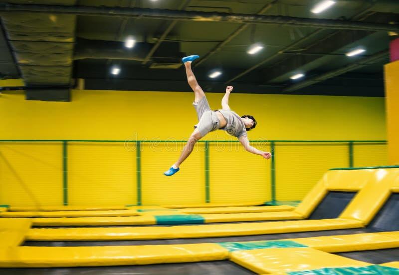 Trampolinepullover führt akrobatische Übungen auf der Trampoline durch lizenzfreies stockfoto