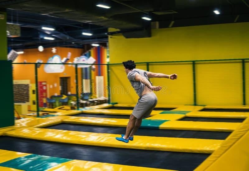 Trampolinepullover führt akrobatische Übungen auf der Trampoline durch lizenzfreie stockbilder