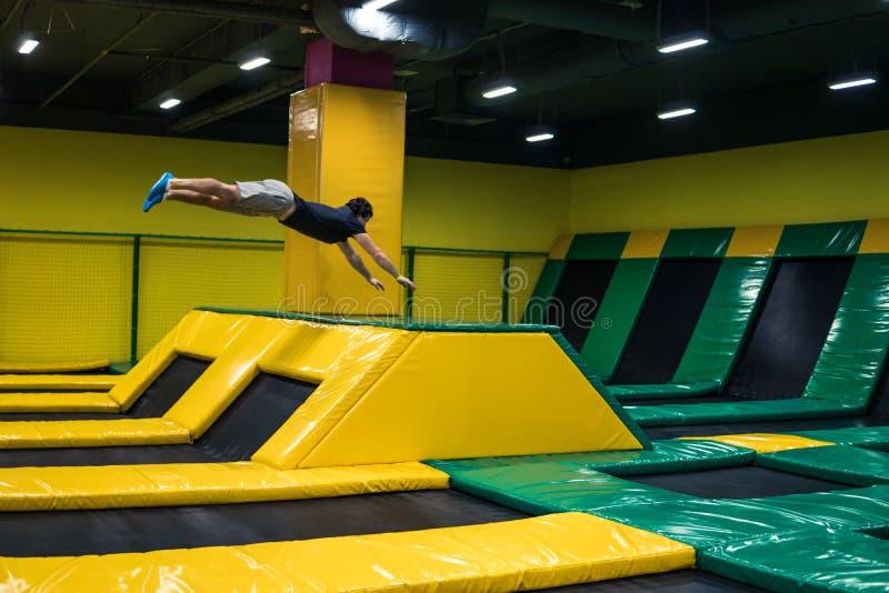 Trampolinepullover führt akrobatische Übungen auf der Trampoline durch stockfoto