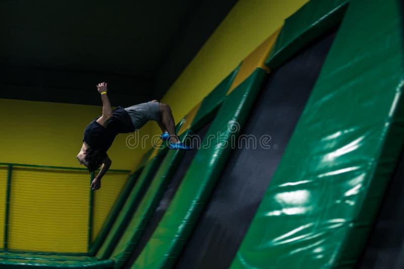 Trampolinepullover führt akrobatische Übungen auf der Trampoline durch lizenzfreie stockfotografie