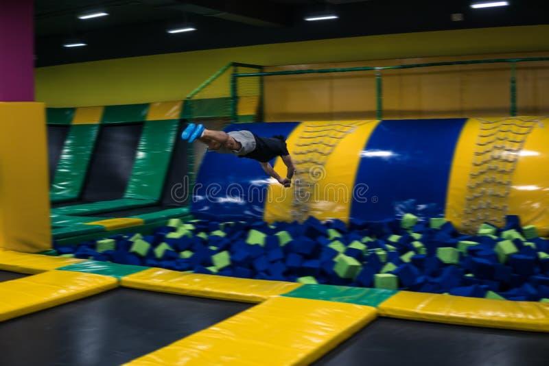 Trampolinepullover führt akrobatische Übungen auf der Trampoline durch stockbilder