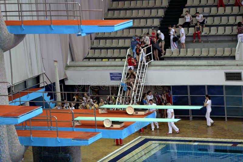 Trampolino per i salti in acqua nel complesso di sport immagine stock