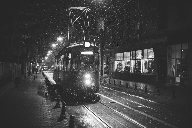 Trams sur la rue de Cuza Voda dans Iasi, Roumanie photo stock