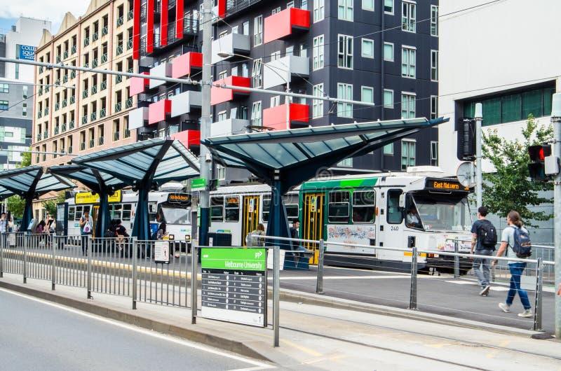 Tramstop in Carlton außerhalb der Universität von Melbourne lizenzfreie stockbilder