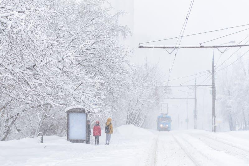 Tramwaj iść podczas śnieżycy w zimie, Moskwa, Rosja obraz stock