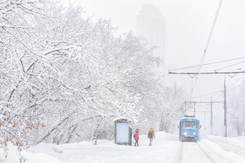 Tramwaj iść podczas śnieżycy w zimie, Moskwa, Rosja zdjęcia stock