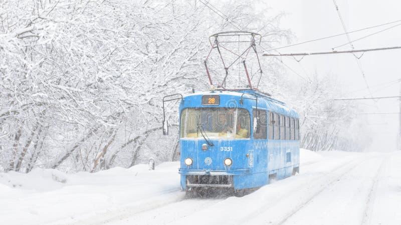 Tramwaj iść podczas śnieżycy w zimie, Moskwa, Rosja zdjęcie stock