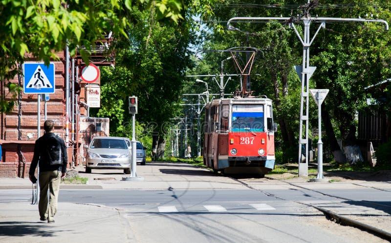 Tramwaj iść przez zielonej alei w Tomsk mieście fotografia royalty free