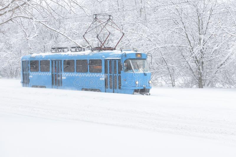 Tramwaj iść wzdłuż ulicy podczas śnieżycy w Moskwa obrazy stock