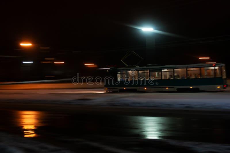 Tramwaj jedzie w zmroku w śniegu obrazy stock