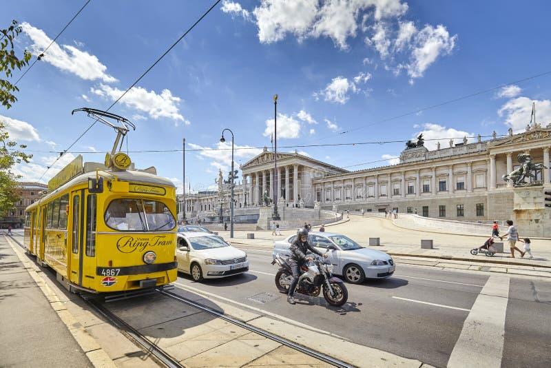 Tramwaj przed Austriackim parlamentu budynkiem fotografia royalty free