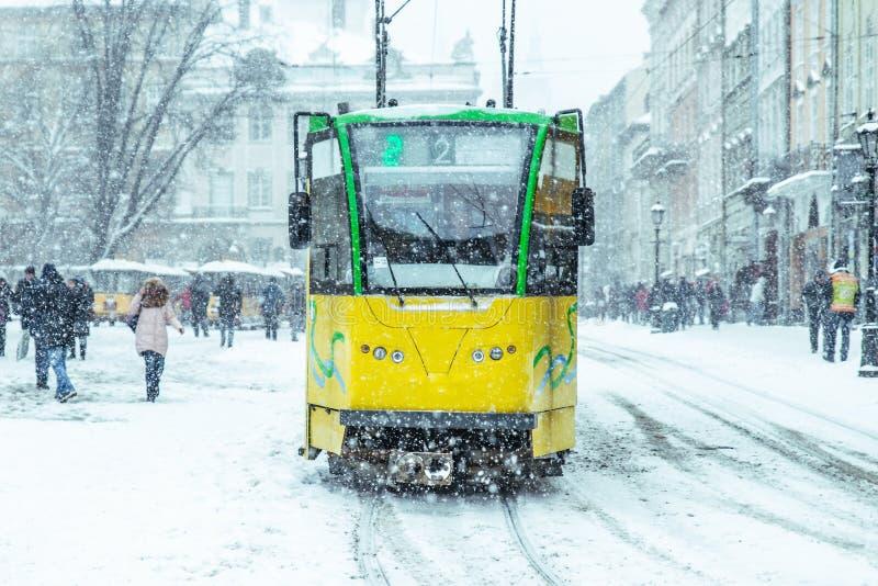 Tramwaj w centrum europejski miasto w opad śniegu zdjęcie stock