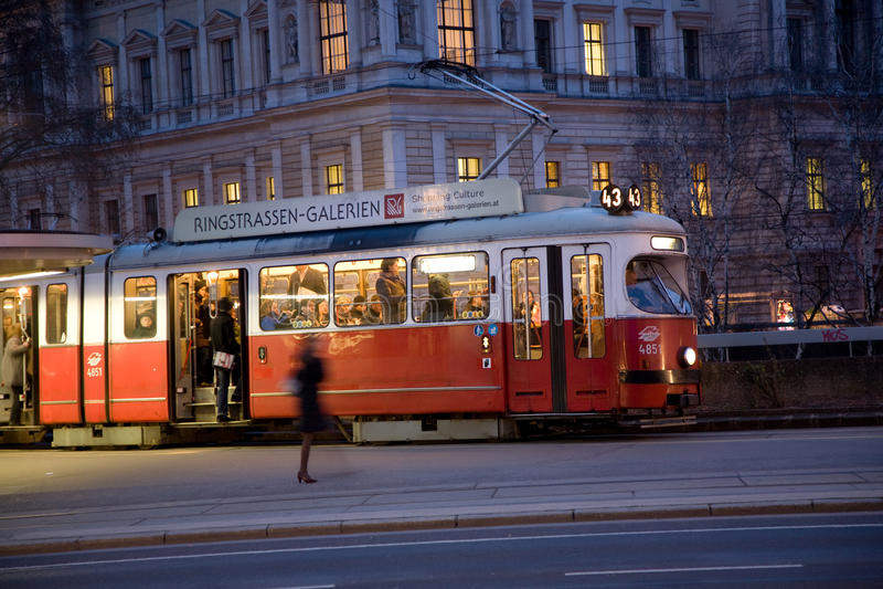 Tramwaj w Wiedeń w pierwszy okręgu przy nocą zdjęcia royalty free