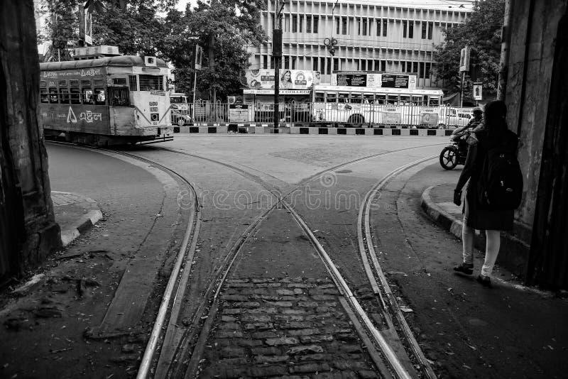 Tramwaj zbliża się w tramwajowej szlakowej złącze zajezdni w ulicie kolkata, czarny i biały, Kolkata, India, 2017 obraz stock