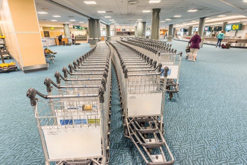 Tramwaje dla bagażu pasażery w lotniskowym budynku fotografia stock
