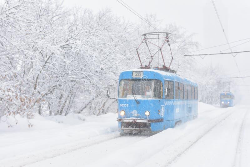 Tramwaje iść podczas śnieżycy w zimie, Moskwa, Rosja obraz royalty free