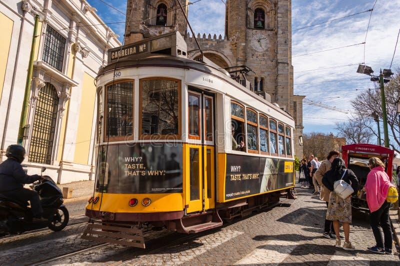 Tramwaje w Żółtym Tramwie 28 w Lizbonie, Portugalia obraz royalty free