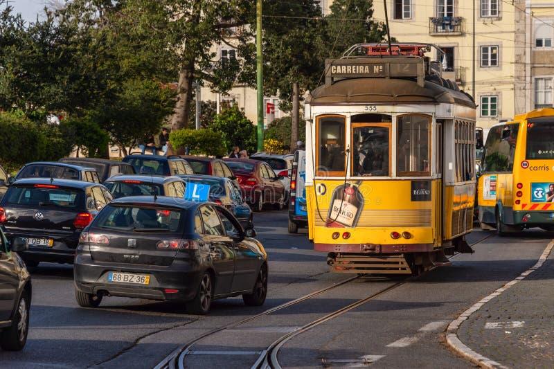Tramwaje w Żółtym Tramwie 28 w Lizbonie, Portugalia fotografia royalty free