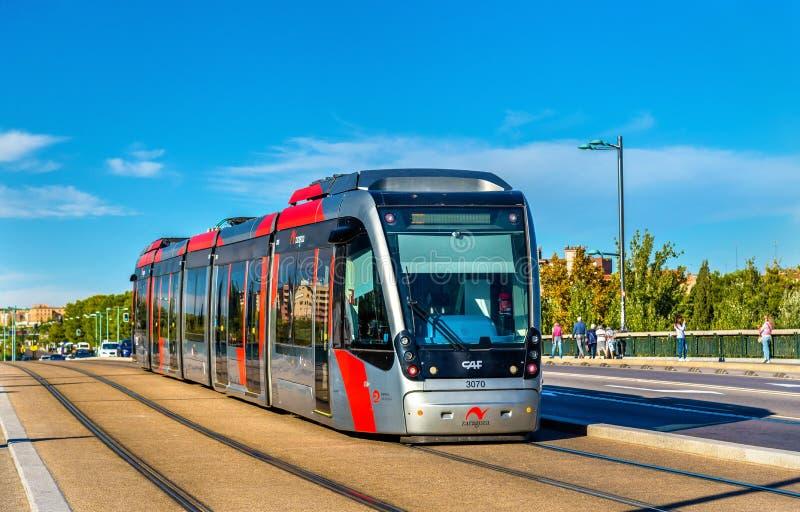 Tramwajowy CAF Urbos 3 na Santiago moscie obraz stock