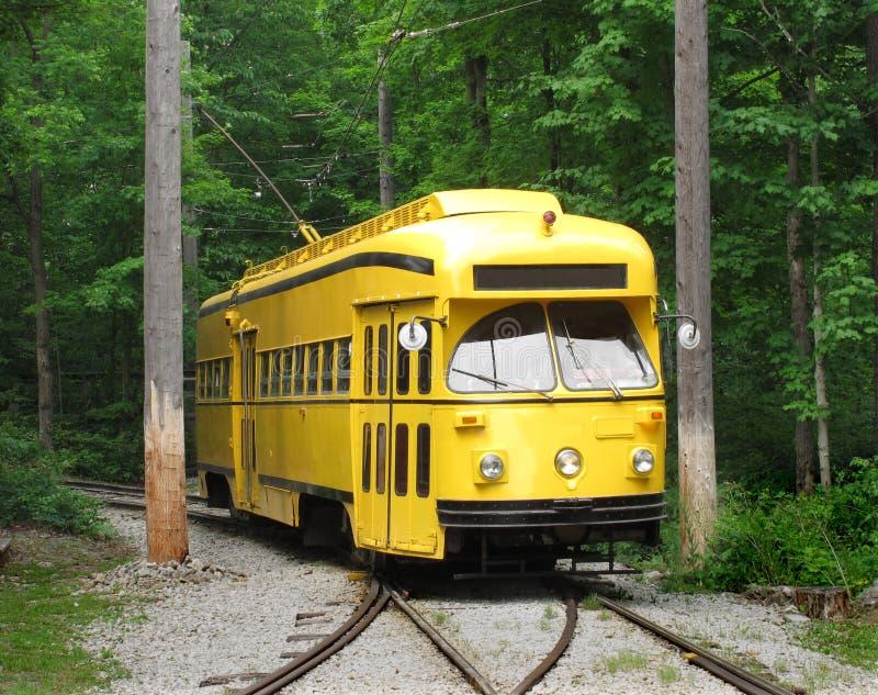 Tramway électrique jaune sur des pistes images libres de droits