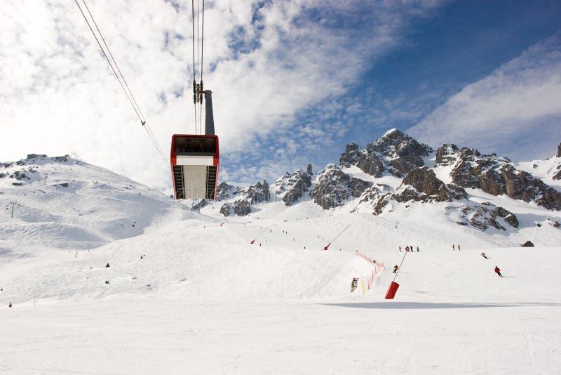 Tramway aéreo na estância de esqui imagens de stock royalty free