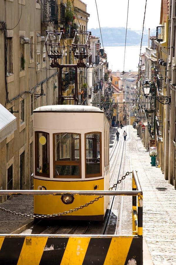 Tramway amarelo histórico em Lisboa imagens de stock royalty free